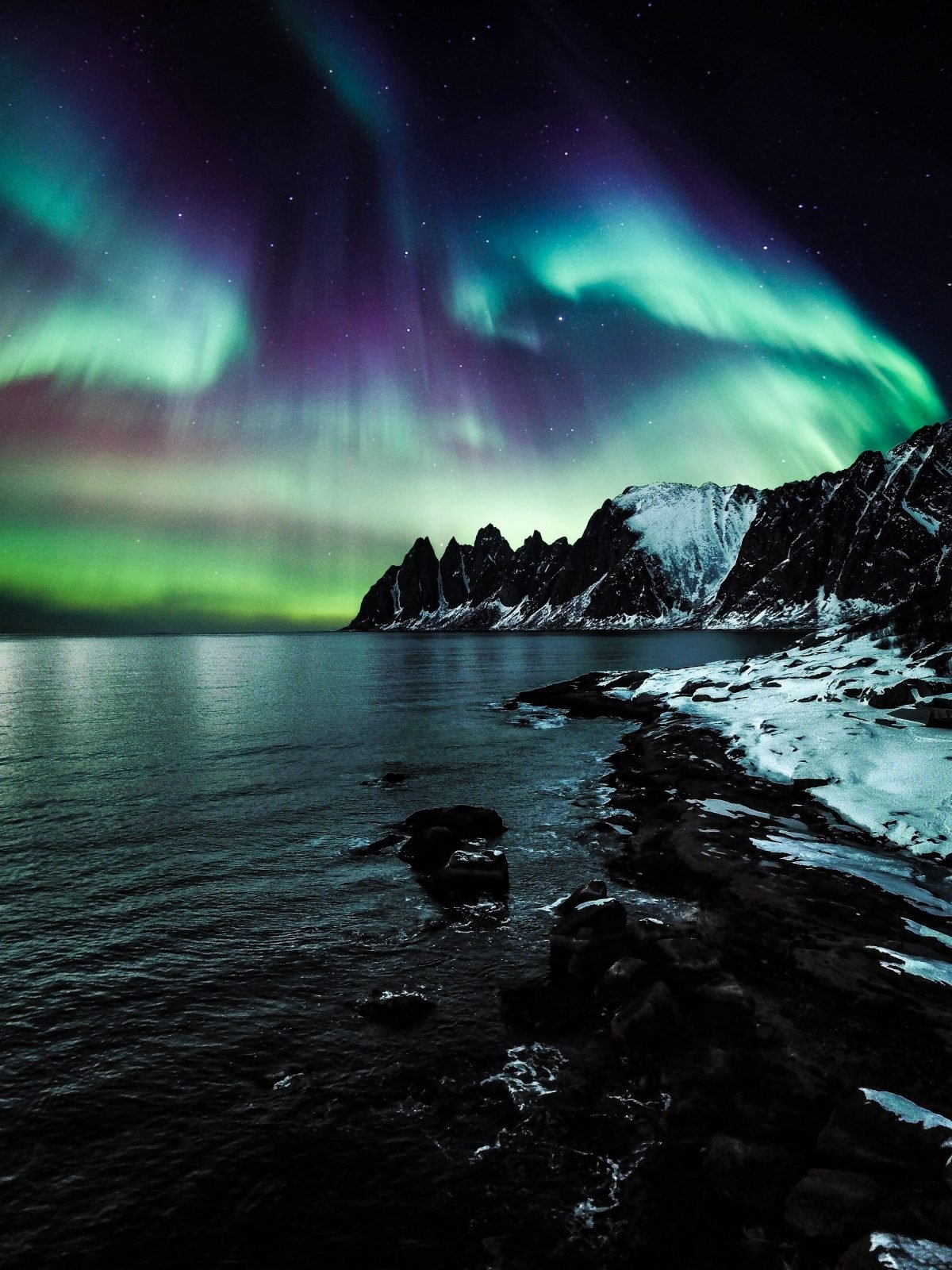 aurora-borealis-evening-lake-1562058